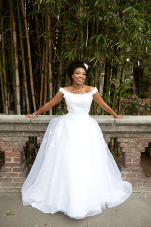Gorgeous Bride tiro africano americano fuera en California photo