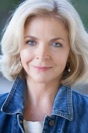 mujeres mayores: Hermosa mujer de mediana edad de unos cincuenta años que mira la cámara