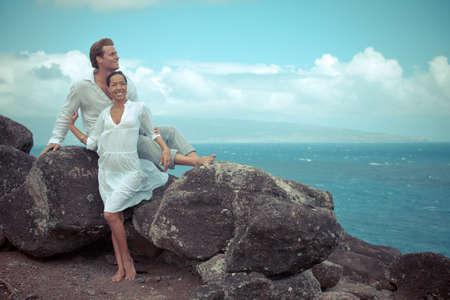 honeymooners: Amor en las rocas Luna de miel en Hawai sobre el mar en un acantilado de lava