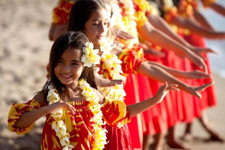 hawai: Muchachas de hula en la playa con las manos levantadas Foto de archivo