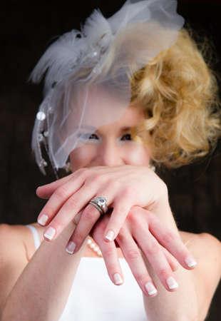 anillo de compromiso: Novia feliz hermosa mostrando su anillo con las manos extendidas
