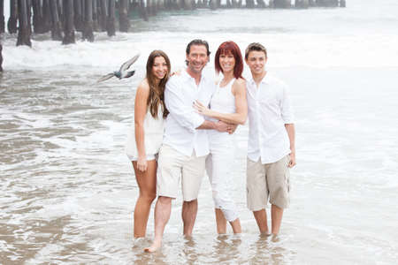 Attractive Family posing for a portrait by the Santa Monica pier in California while on vacation Standard-Bild