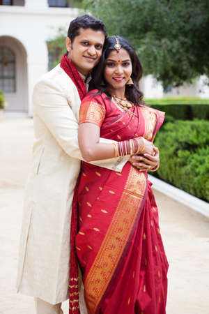 Prachtige Indiase bruid en bruidegom kijken naar de camera Stockfoto