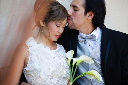 cérémonie mariage: moment de tendresse entre une belle mariée et le marié ethnique Métisse