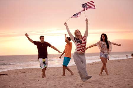 julio: Grupo de Amigos de veinte a�os bailando en la playa