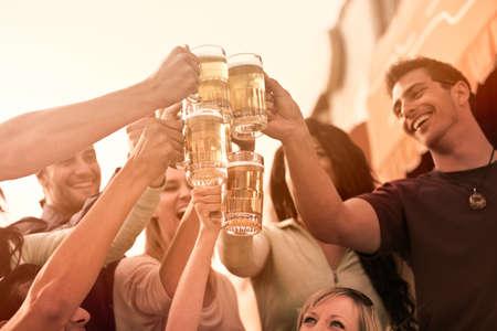 hombre tomando cerveza: Grupo de personas atractivas j�venes brindando con una deliciosa cerveza Pale Ale