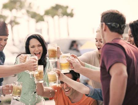 맛있는 창백한 에일 맥주와 토스트 매력적인 젊은 사람들의 그룹