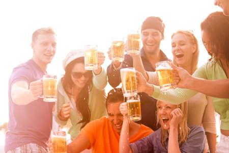 hombre tomando cerveza: Los j�venes en sus veinte a�os en el paseo mar�timo de Venice Beach en California beber cerveza Foto de archivo