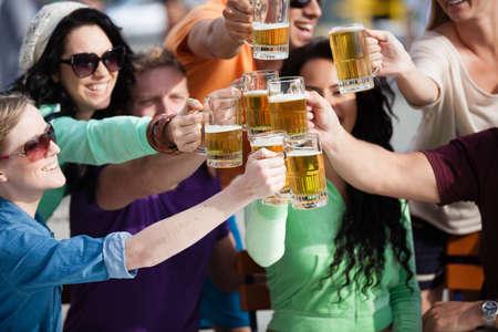 jovenes tomando alcohol: Los j?venes en sus veinte a?os en el paseo mar?timo de Venice Beach en California beber cerveza Foto de archivo