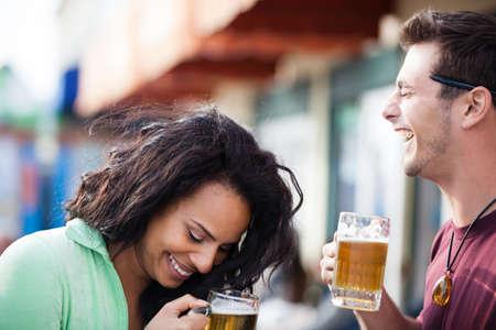 Young People in their twenties on the Venice Beach boardwalk in California drinking beer 版權商用圖片