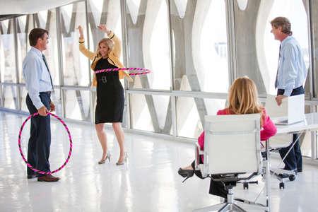 흐르는 아이디어를 얻을 수있는 현대적인 사무실에서 놀이 휴식을 취하기에 성숙한 성인의 그룹