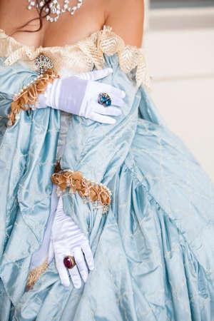 Retrato recortada de una mujer hermosa con joyería elaborada y un vestido de encaje