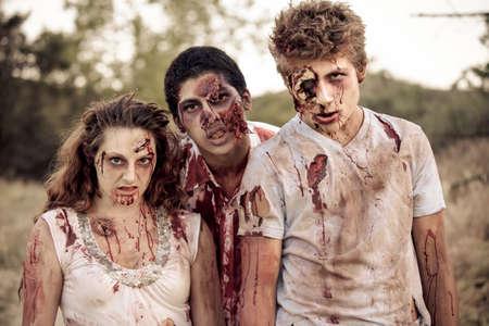 Zombies mirando a la cámara con la ropa desgarrada Bloody Foto de archivo - 20732762
