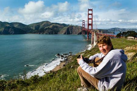 Leuke Jongen van de tiener in San Francisco met de Golden Gate Bridge in de achtergrond Stockfoto