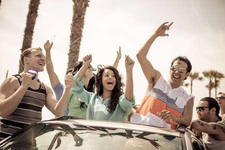 젊은 사람들의 그룹은 베니스 비치 캘리포니아에있는 자신의 썬 루프에서 연 날리기