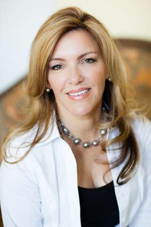 attraktiv: Hübsche Frau lächelnd Blick in die Kamera Lizenzfreie Bilder