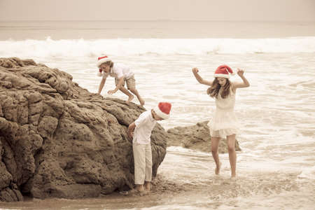 Kinder, die Spa� am Strand Christmas Day in Malibu Kalifornien photo