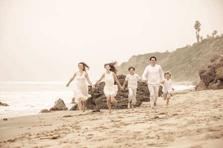 Happy Family sana corsa in spiaggia a Malibu in California photo