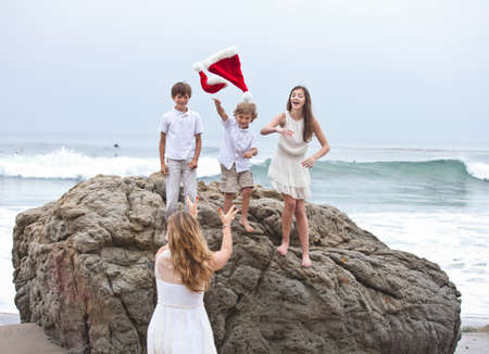Weihnachten Familienspa� am Strand in Malibu, Kalifornien photo
