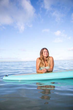 Athlete chilling on her paddle board in Hawaii 版權商用圖片