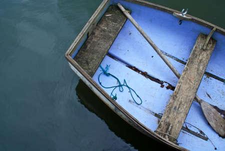 上から取られる水の高齢者、手こぎボート工作部