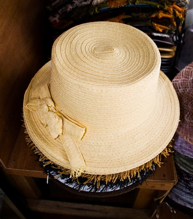 Wear a hat woven by hand using women or those used for the slow network. Standard-Bild