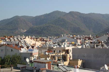 Zonne-water-verwarmingssystemen op de daken van de stad Marmaris, Turkije