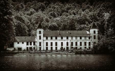 View on Abandoned mansion Standard-Bild - 134759080