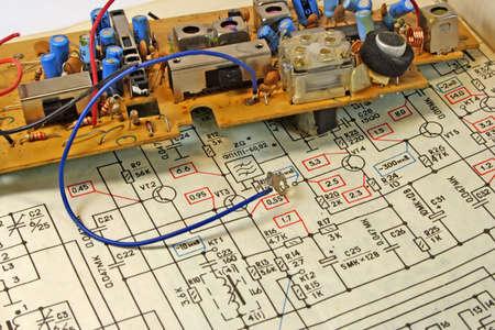 El electrocircuit y los detalles de un receptor de radio preparado para su reparaci�n.