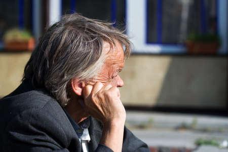 to degrade: Ancianos mendigo. Foto de archivo