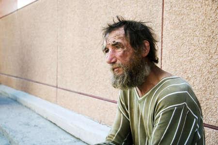 La desesperaci�n de los pobres sin hogar mendigo.