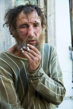 to degrade: Vagabundo sin hogar.