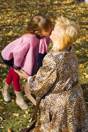 Madre e hija besándose en el parque. Foto de archivo - 5679832