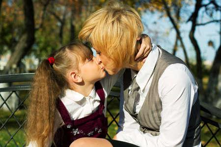 Madre e hija bes�ndose en el parque. Foto de archivo - 5907005