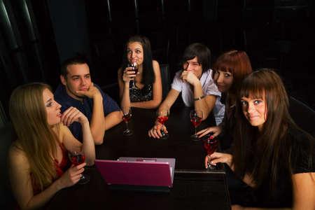 J�venes amigos reunidos en un bar. Foto de archivo - 6143677