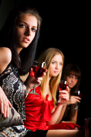 Tres mujeres j�venes en un bar.