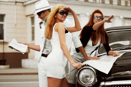 J�venes turistas con un mapa de carretera.