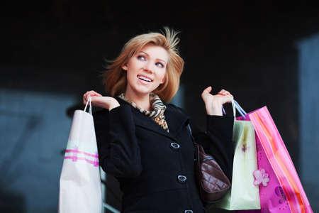 Feliz de compras. Foto de archivo