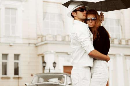 Joven pareja con paraguas.