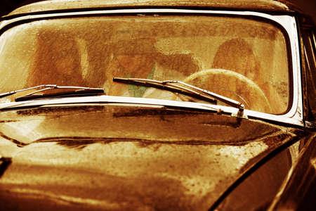 Retro coche bajo la lluvia