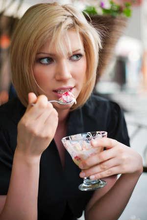 Junge Frau Essen ein Eis
