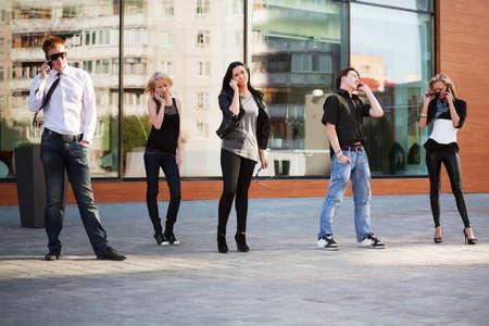 human pile: Giovani chiamata su telefoni cellulari Archivio Fotografico