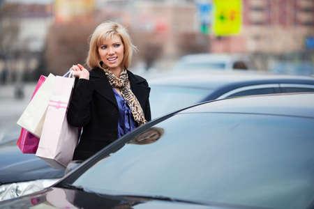 voiture parking: Shopper sur un parking voiture