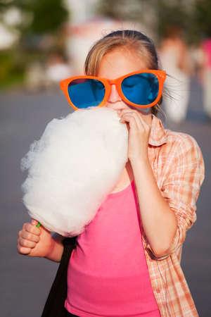 cotton candy: Ni�a comiendo algod�n de az�car