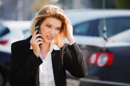 persona llamando: Joven empresaria llamada en el tel�fono m�vil Foto de archivo