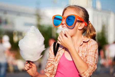 algodon de azucar: Ni�a comiendo algod�n de az�car