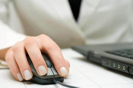Weibliche Hände auf Laptop