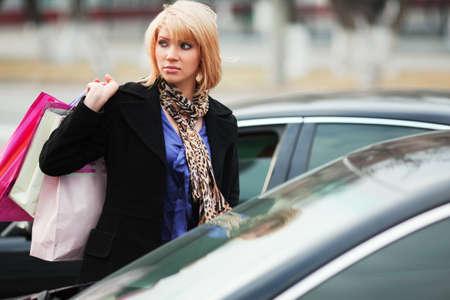 Junge Shopper auf dem Parkplatz