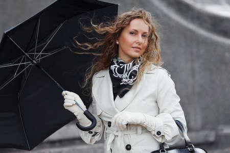 lluvia paraguas: La mujer en el viento