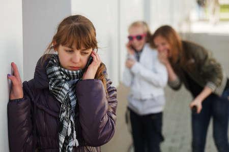 Teenager-Mädchen ruft auf dem Handy
